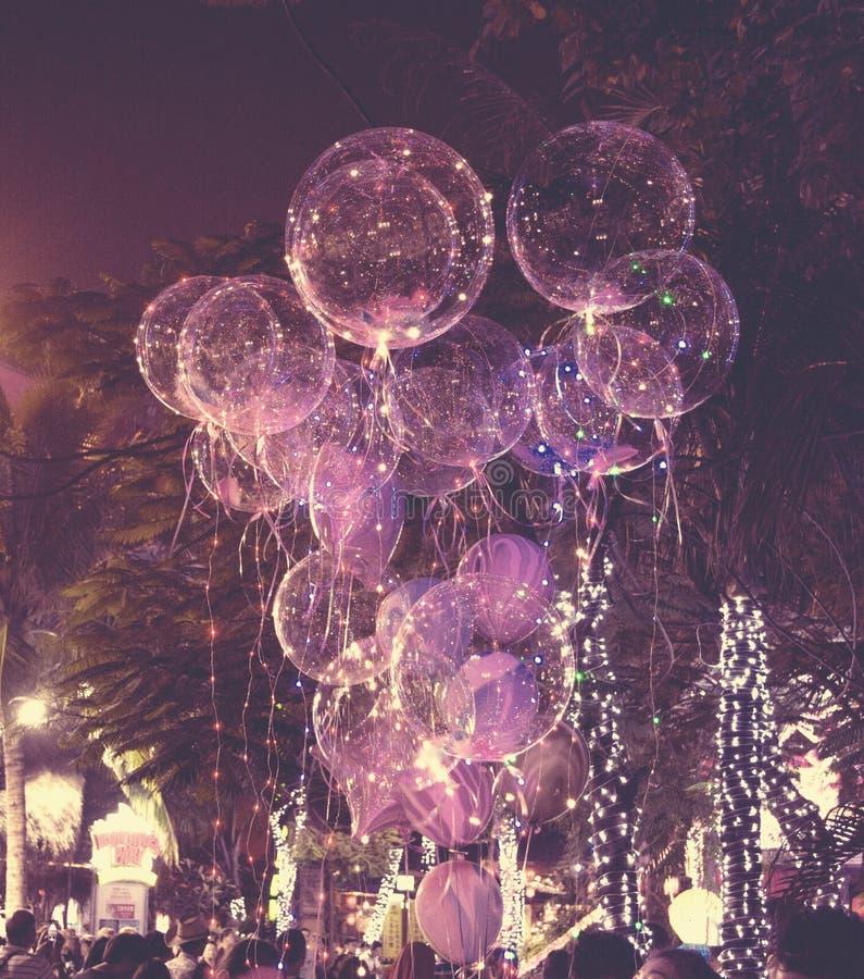 Grote mooie gelballons, geschilderde lichten en gloeilampen bij nacht royalty-vrije stock afbeeldingen