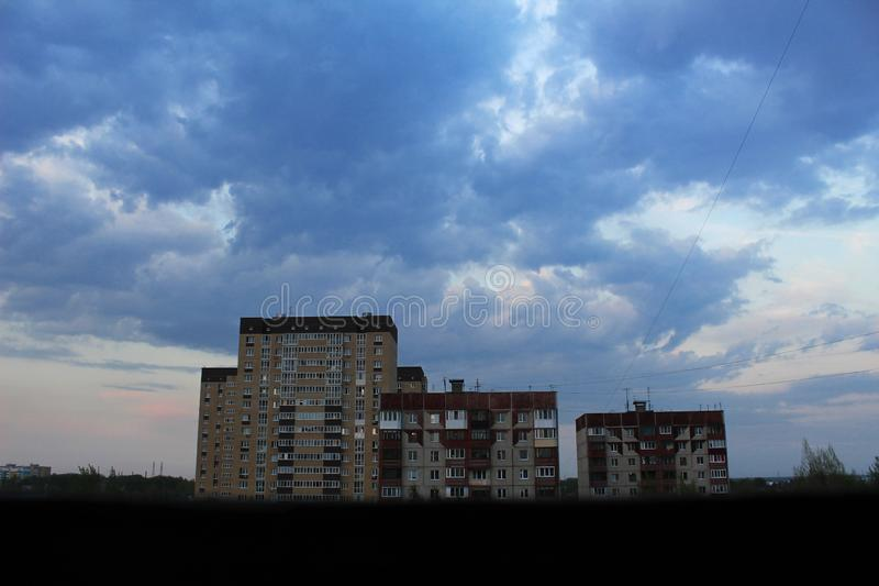 Grote mooie hemel meer dan drie negen-verdieping huizen royalty-vrije stock fotografie
