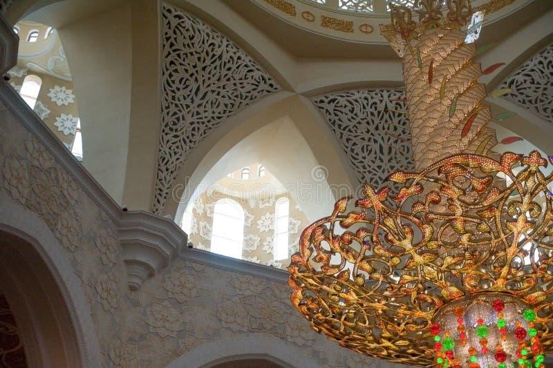 Grote mooie kroonluchter in de koepel van Sheikh Zayed Mosque stock fotografie