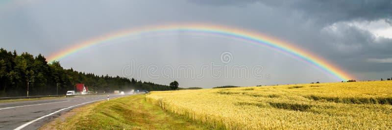 Grote mooie regenboog stock afbeelding