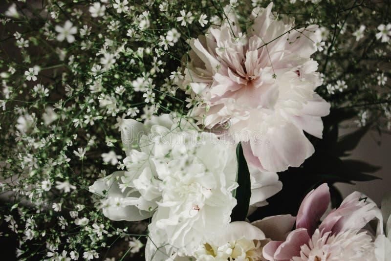 Grote mooie roze en witte pioenenbloemen op oude lijst in rus royalty-vrije stock fotografie