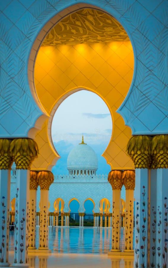 Grote moskee gouden overwelfde galerijen en koepel bij schemer royalty-vrije stock foto
