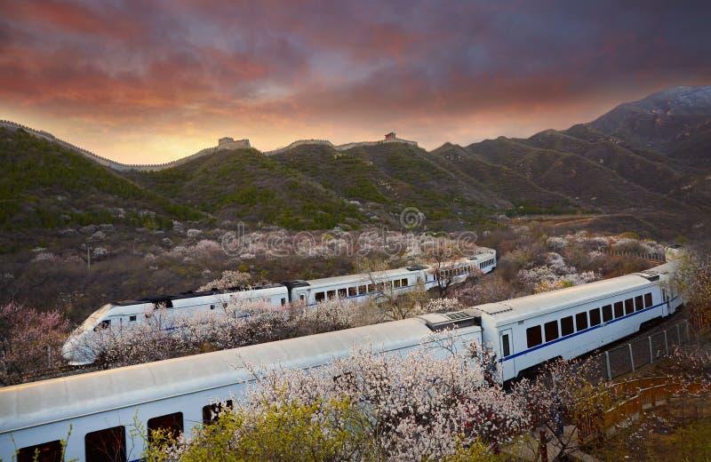 Grote Muur en lijns2 treinen in zonsondergang, Peking, China stock fotografie