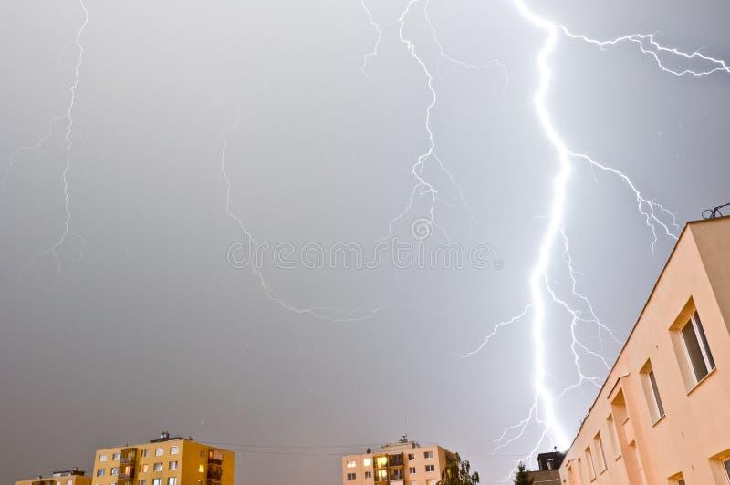 Grote onweersbui over blok royalty-vrije stock afbeelding