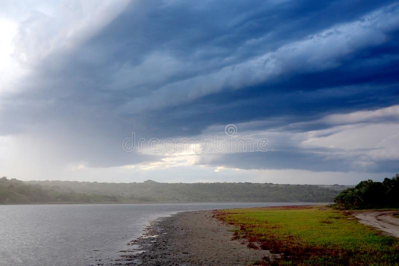 Grote onweerswolken over een rivier stock afbeeldingen
