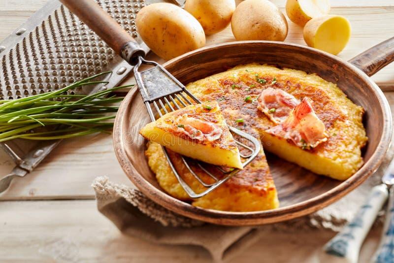 Grote Oostenrijkse pan gebraden aardappelfritter royalty-vrije stock foto's