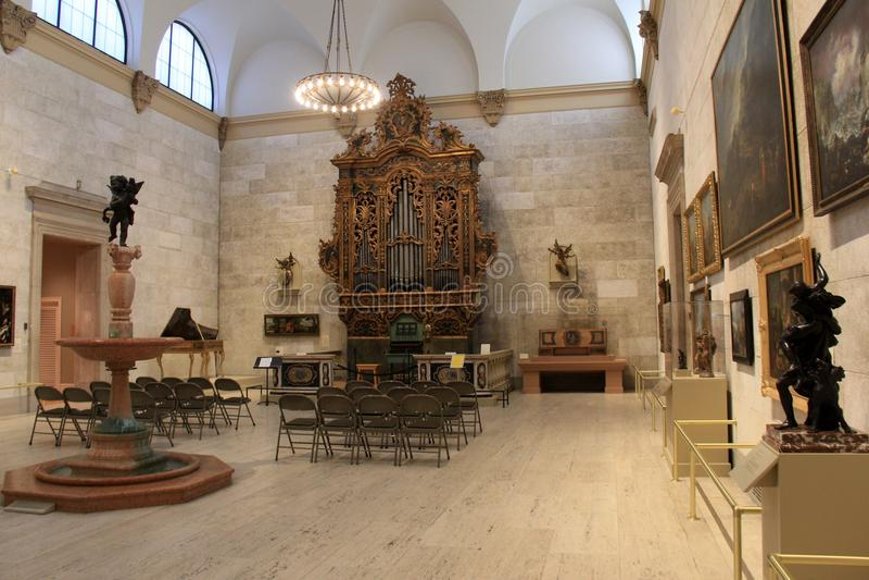 Grote open die ruimte met stoelen rond majestueus Italiaans Barok Orgaan, Herdenkingsart gallery, Rochester, New York, 2017 worde stock foto