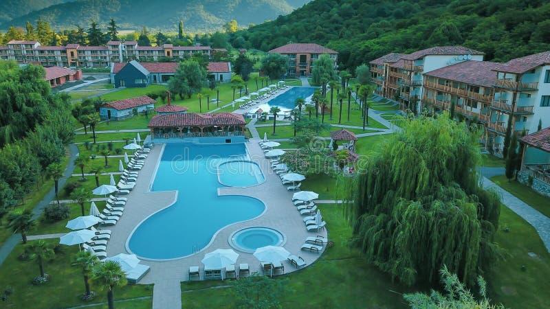 Grote openluchtdiezwembaden dichtbij door Lapota meer met het omringen van bomen in het land van Georgië worden gevestigd royalty-vrije stock foto