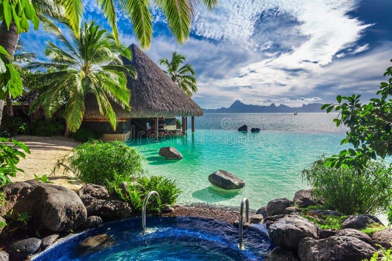 Grote openluchtjacuzzi en oneindigheidspool over tropische oceaan, Tah royalty-vrije stock foto's