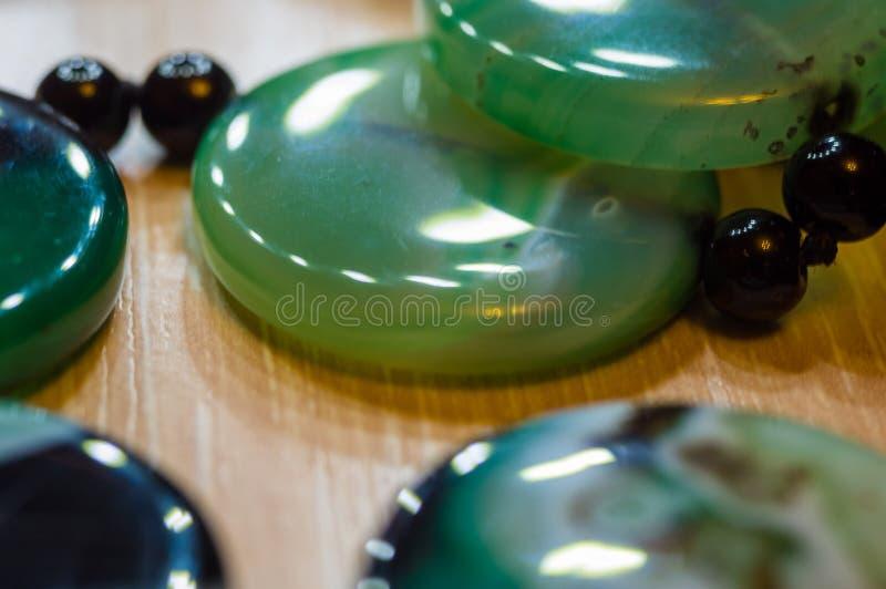 Grote opgepoetste parels van mooie doorzichtige groene agaathalfedelsteen, macro stock afbeeldingen