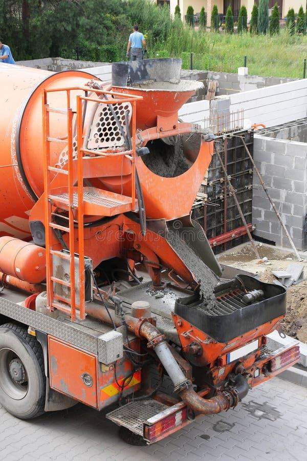 Grote oranje concrete mixer royalty-vrije stock afbeeldingen