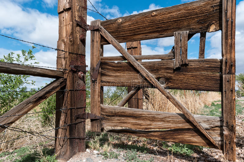Grote oude boerderijpoort royalty-vrije stock foto