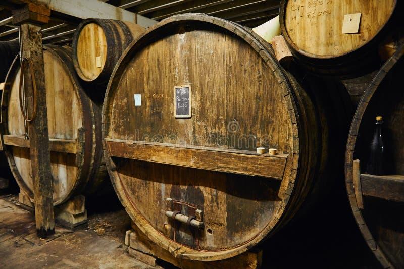 Grote oude eiken vaten van pommeau van Calvados in een kelder stock foto's