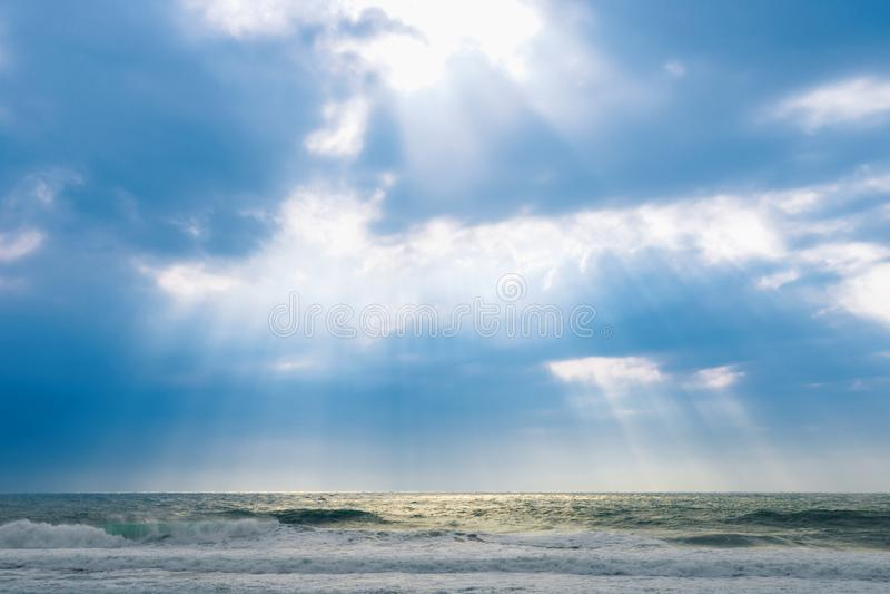 Grote overzeese golven, groot onweer, weerelementen op achtergrond van blauwe hemel royalty-vrije stock foto's