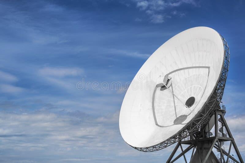 Grote parabolische satelliet voor onderschepping van telecommunicatie stock foto