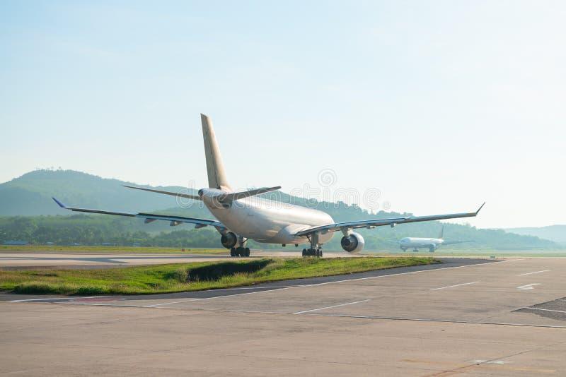 Grote passagiersvliegtuigen op baanstrook stock foto