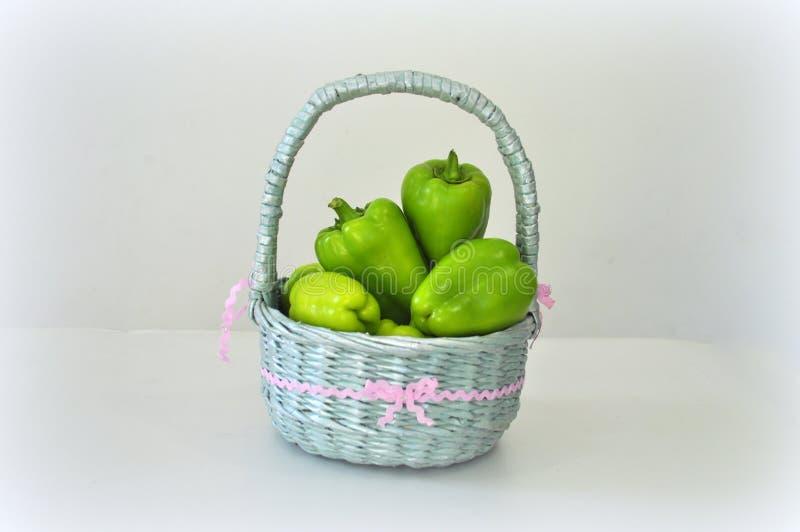Grote Peper groen in mand stock fotografie