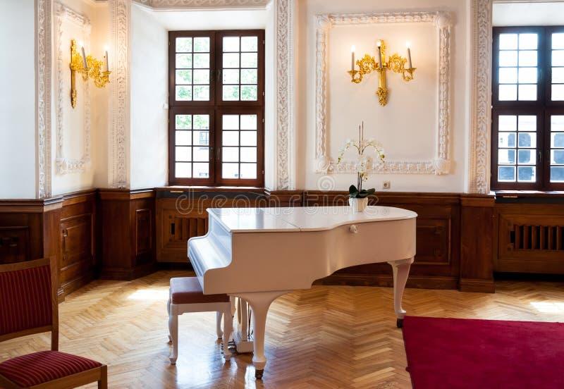 Grote piano in balzaalzaal stock afbeeldingen