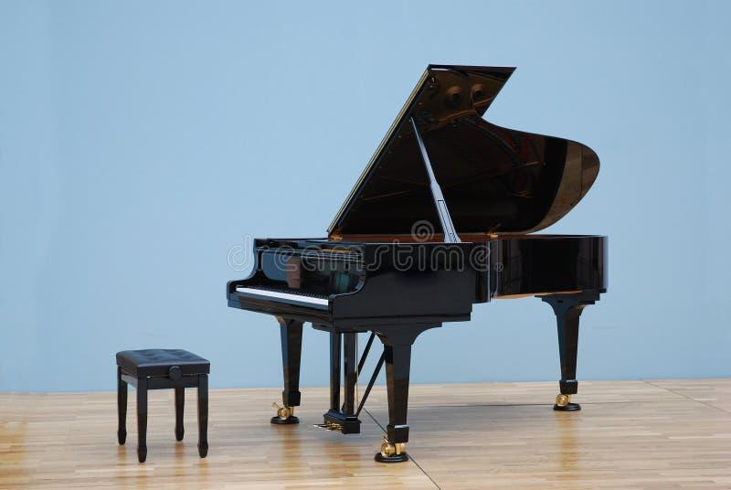 Grote piano in concertzaal stock foto's