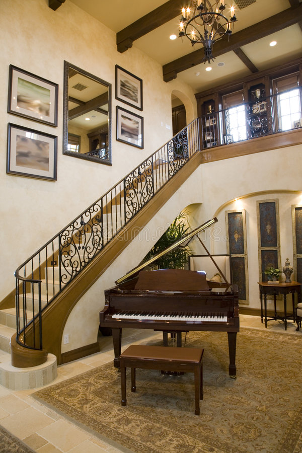 Grote piano en treden. royalty-vrije stock foto