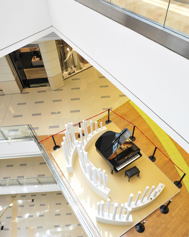 Grote piano in moderne hal stock foto's