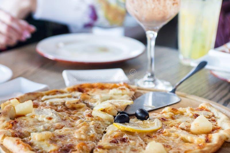 Grote pizza op een houten lijst Hete Pizza Maaltijdtijd bij pizzeria Restaurant stock foto