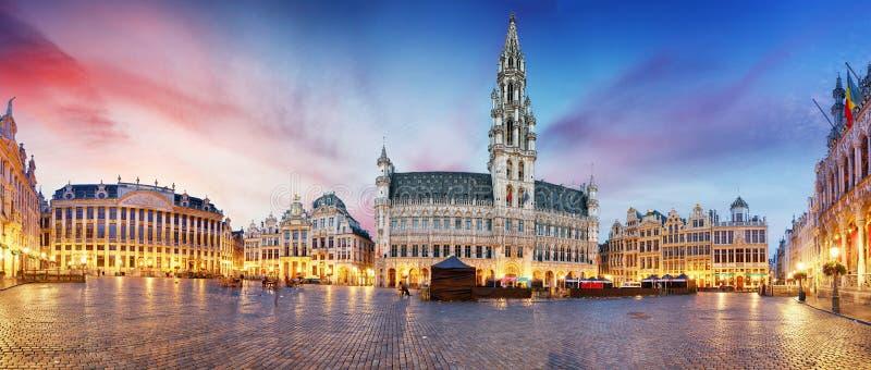 Grote plaats in Brussel in nacht, België royalty-vrije stock afbeelding