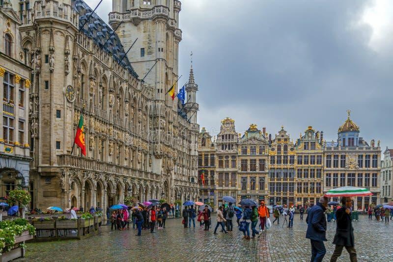 Grote plaats-Grote Markt met de Stadhuis en Gildehuizen, Bru stock afbeeldingen