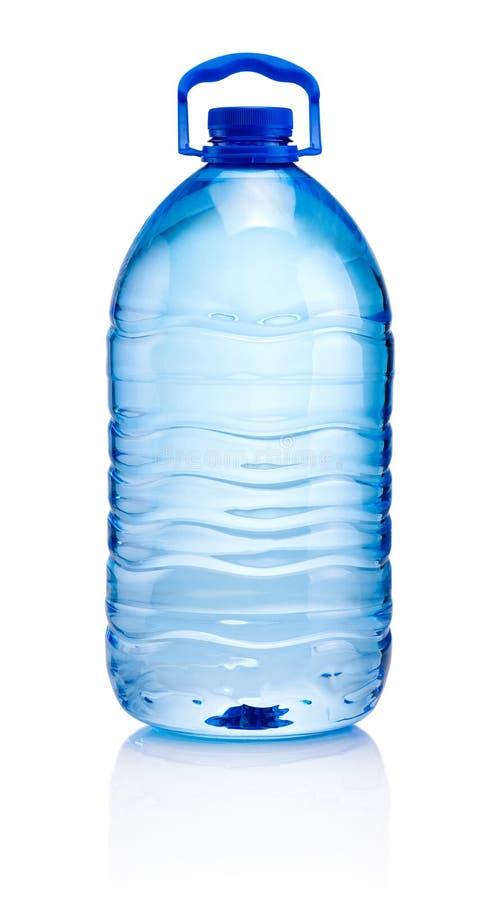 Grote plastic die fles drinkwater op witte backgroun wordt geïsoleerd stock foto's