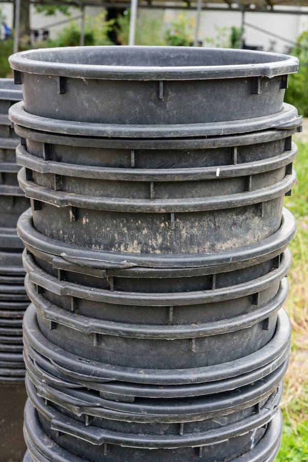 Grote plastic die het tuinieren containers op elkaar worden gestapeld royalty-vrije stock fotografie