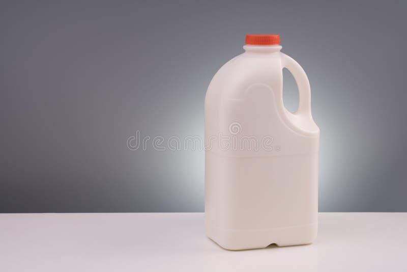 Grote plastic gallon melk stock fotografie