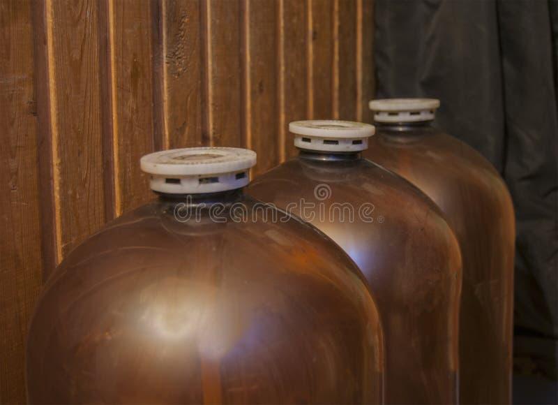 Grote plastic vaatjes voor bier stock afbeelding