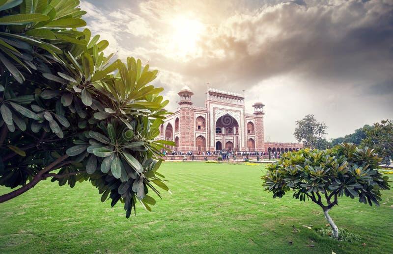 Grote poort van Taj Mahal bij mooie hemel in India stock fotografie