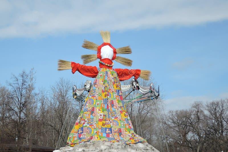 Grote pop - symbool van Pannekoekenweek, vogelverschrikker voor het branden als symbool van de wintereind en de lente komst stock foto