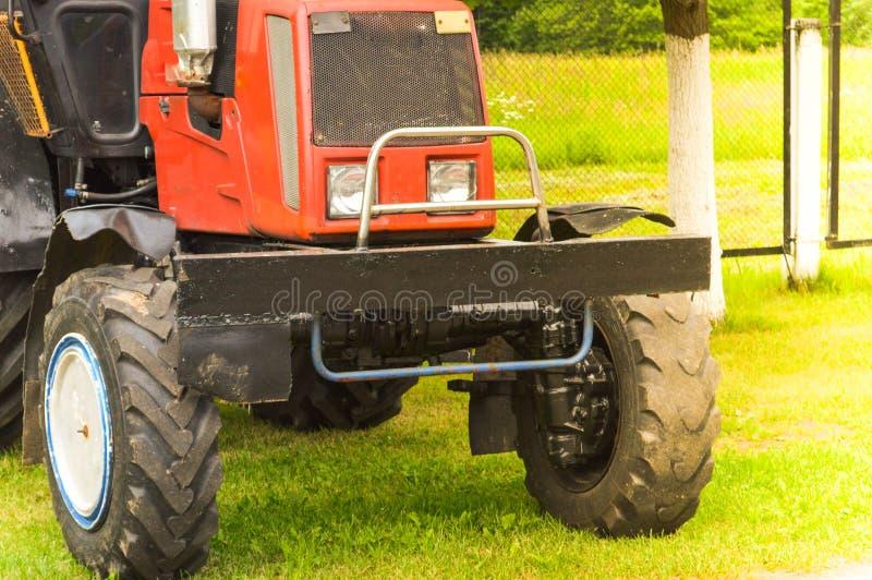 Grote professionele landbouwmachinesbouw, vervoer, tractor en grote wielen met een loopvlak voor het ploegen van gebieden, land stock foto's