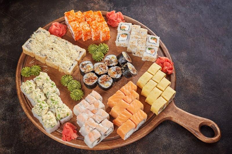 Grote reeks Japanse makibroodjes van voedselsushi stock afbeelding