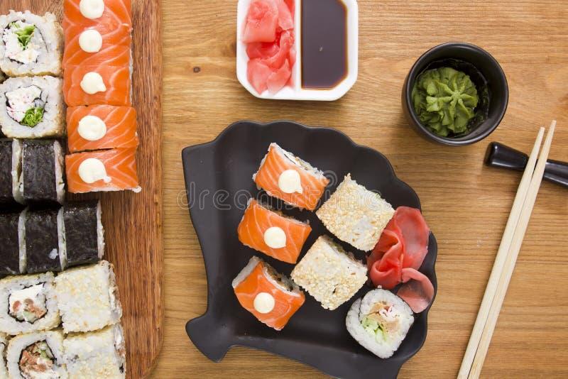 Grote reeks sushi en broodjes stock afbeeldingen