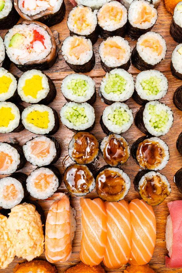 Grote reeks sushi en broodjes op houten lijst stock afbeelding