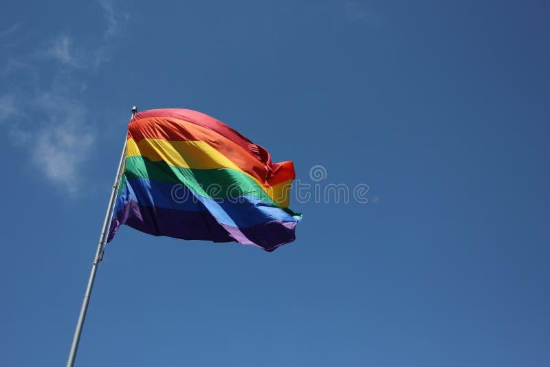 Grote Regenboogvlag die in de Wind blazen royalty-vrije stock fotografie