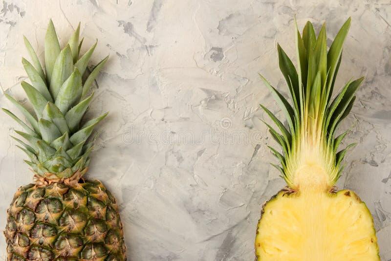 Grote rijpe fruitananas De helft van ananas op een lichte concrete achtergrond De zomer Hoogste mening Ruimte voor tekst stock foto