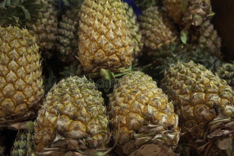 Grote rijpe sappige ananassen op de teller Heel wat ananassenachtergrond stock fotografie
