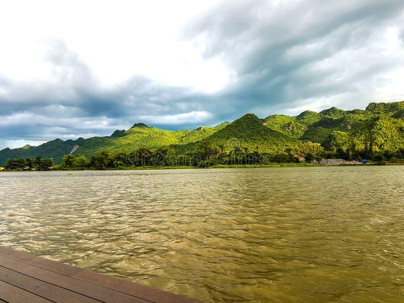 Grote rivier groene berg en blauwe hemelachtergrond royalty-vrije stock afbeeldingen