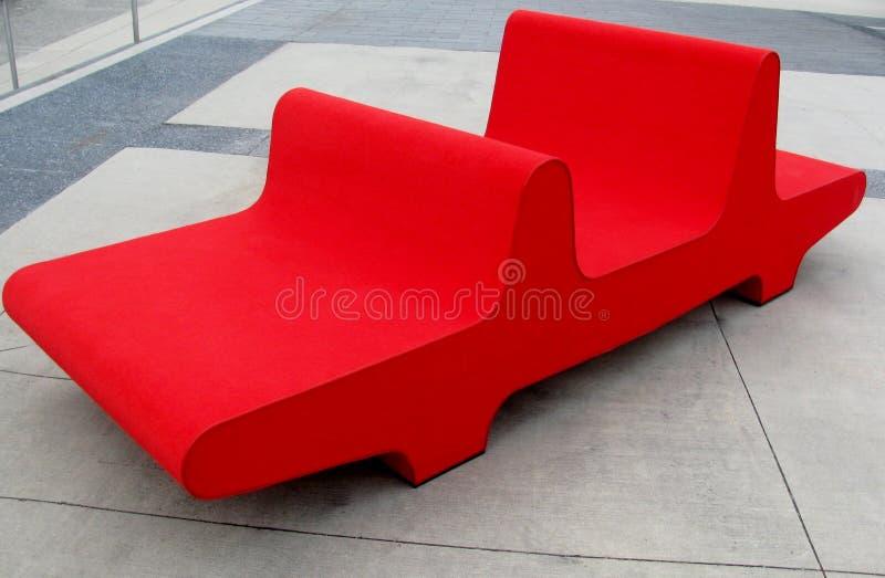 Grote rode bank op een stadsstraat royalty-vrije stock afbeelding