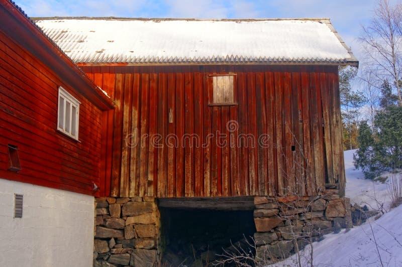 Grote rode houten schuur stock foto's