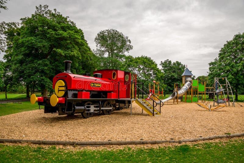 Grote rode trein in Seaton-speelplaats van park de openluchtkinderen, Aberdeen, Schotland stock afbeelding