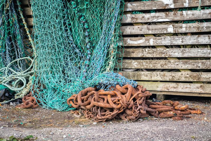 Grote roestige metaalketting en visnetten stock foto's
