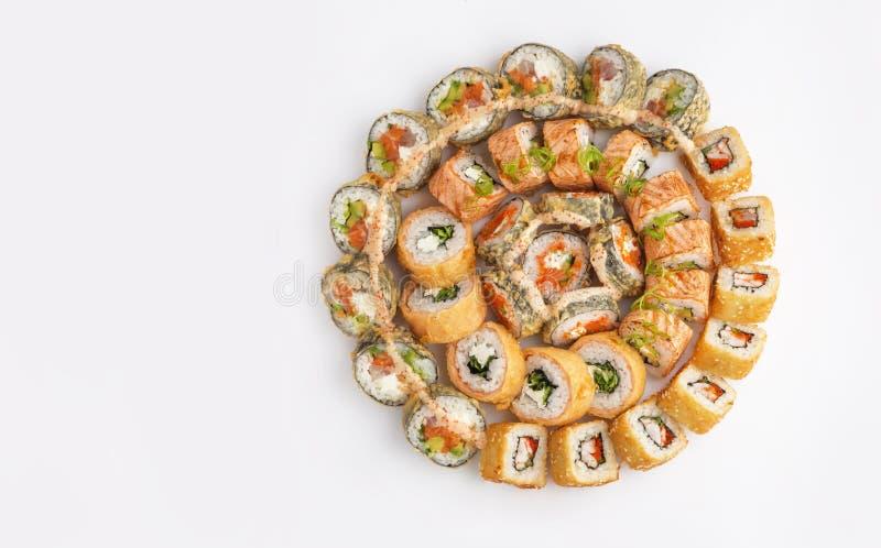 Grote ronde die sushi met verschillend soort broodjes worden geplaatst stock afbeeldingen