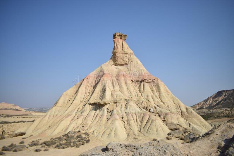 Grote rots in het midden van de woestijn stock afbeeldingen