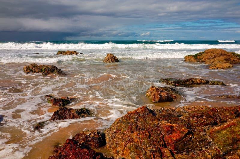 Grote rotsvormingen op zandig strand bij Haven Macquarie Australië royalty-vrije stock foto