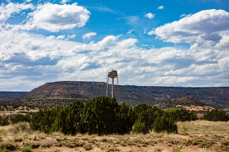 Grote, roze watertank op een toren in de buurt van de stad doet ons denken aan de oude westerse usa Chinle, Arizona, VS stock fotografie